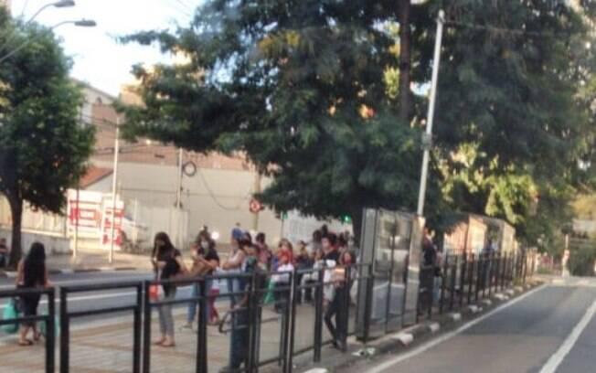 Pontos de ônibus concentraram muitas pessoas nesta tarde.