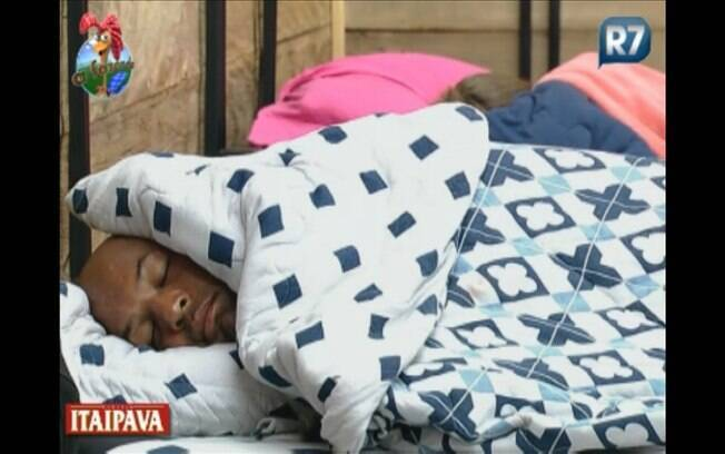 Dinei é o primeiro a dormir antes da competição