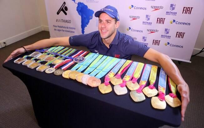 Thiago Pereira com todas as medalhas de Jogos Pan-Americanos