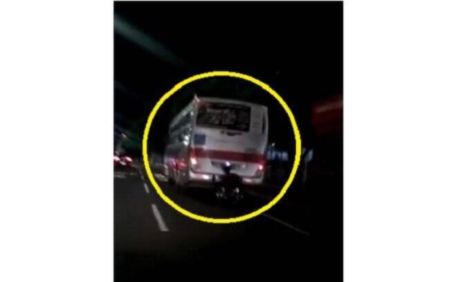 Momento em que o cadeirante pega carona na traseira de ônibus e cai em avenida de Campo Grande