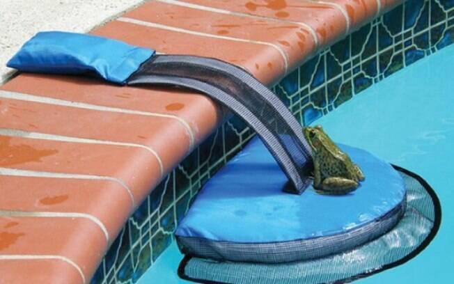 O FrogLog ajuda os animais a subir para a borda da piscina e alcançar terra firme