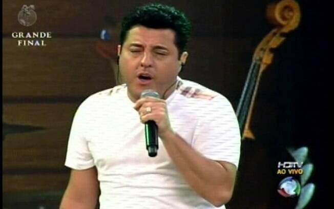 Vocalista canta sem a presença do parceiro Marrone