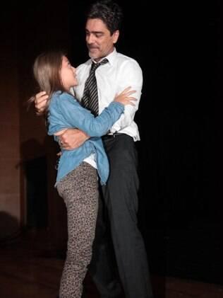 Junno recebe o carinho de sua filha, Luana