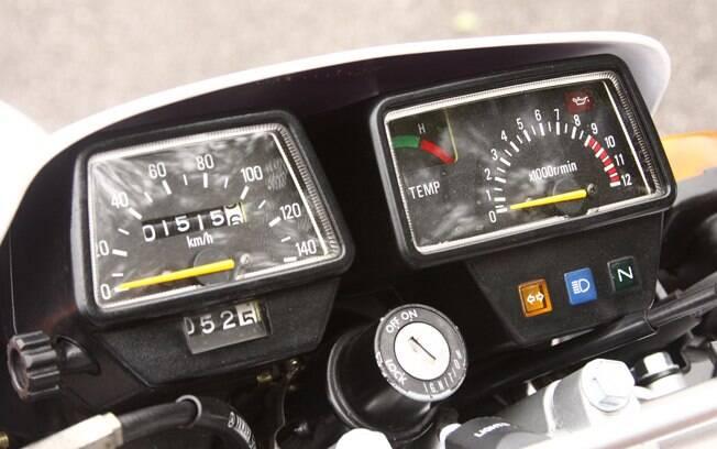 Relógios tradicionais da Yamaha DT 200R são bem o estilo da marca: analógicos e com cabos