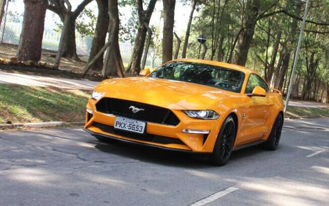 Não há um esportivo no Brasil que seja tão arrasador entre os melhores carros de 2018 que o Ford Mustang GT Premium