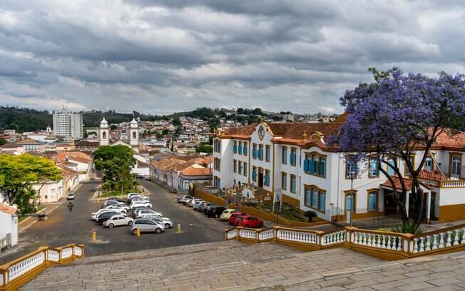 As ruas de São João Del Rei ficam lotadas de foliões