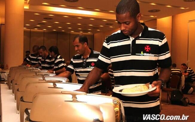 Dedé almoça com os companheiros de Vasco na  concentração