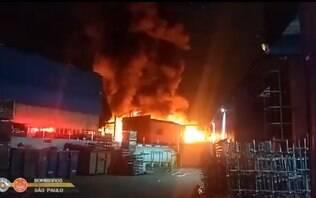 Queda de balão causa incêndio em fábrica de plástico de São Bernardo do Campo