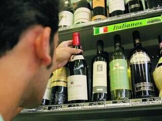 Efeito cascata.  A alta do dólar também pressiona a inflação no país ao encarecer produtos importados, como o vinho e equipamentos