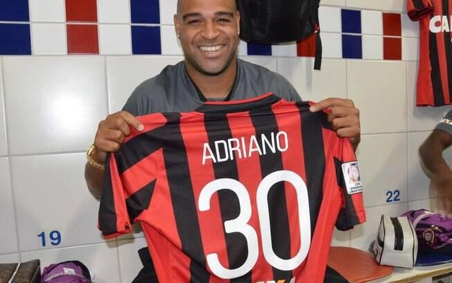 Adriano recebe a camisa do Atlético-PR no vestiário antes do jogo com The  Strongest