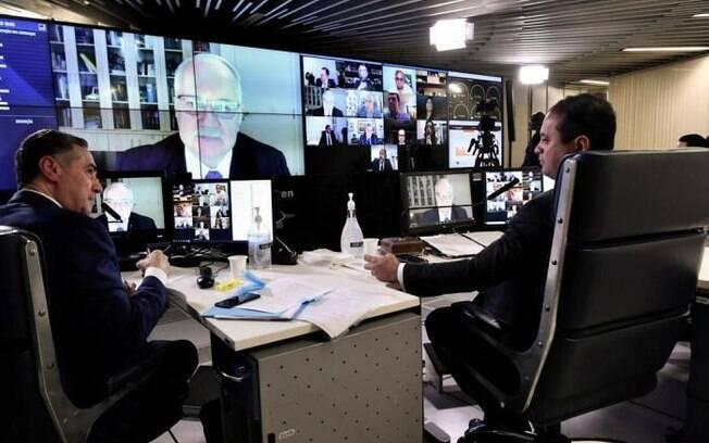 Luís Roberto Barroso (E), presidente do TSE, ao lado do relator do projeto no Senado, Weverton Rocha (D)