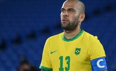 Flamengo e Fluminense brigam para assinar com Dani Alves
