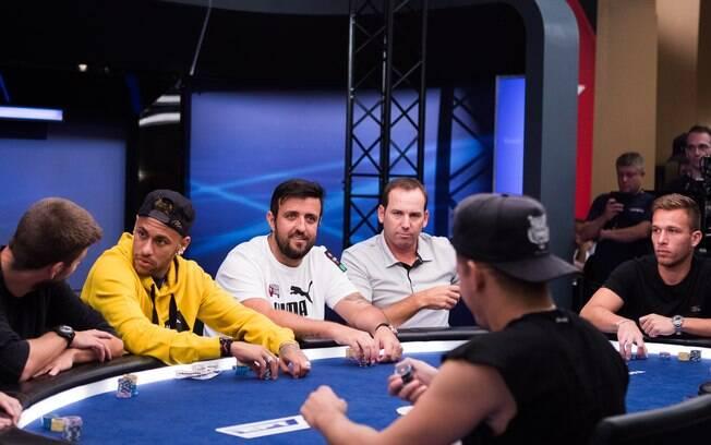 Neymar, Piqué e Arthur participam de torneio beneficente de poker em Barcelona