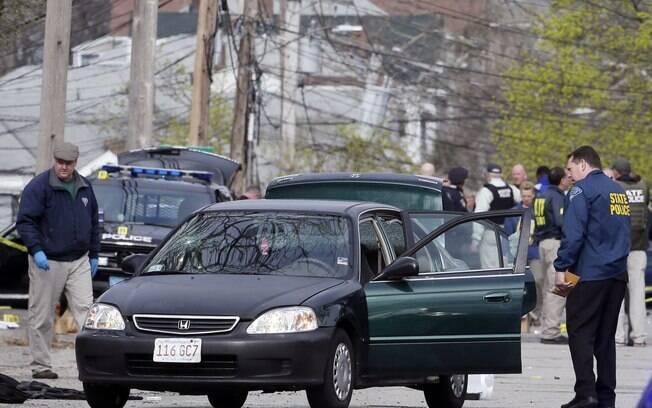 Policiais param carros em busca de suspeito de atentados