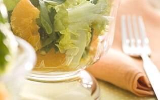 Salada de folhas verdes mistas com tangerina e molho de mostarda
