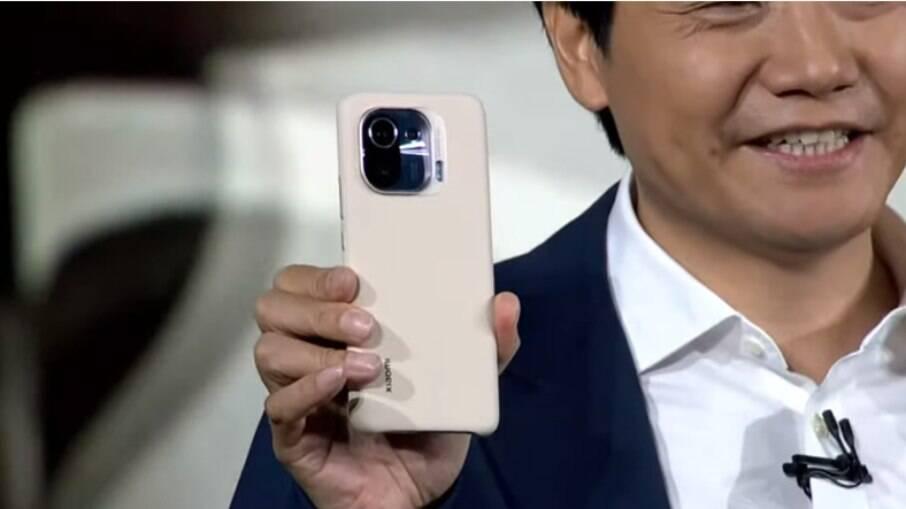 Lei Jun, co-fundador da Xiaomi, mostra o Mi 11 Pro
