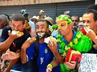 Rio festeja com bolo de 8 toneladas