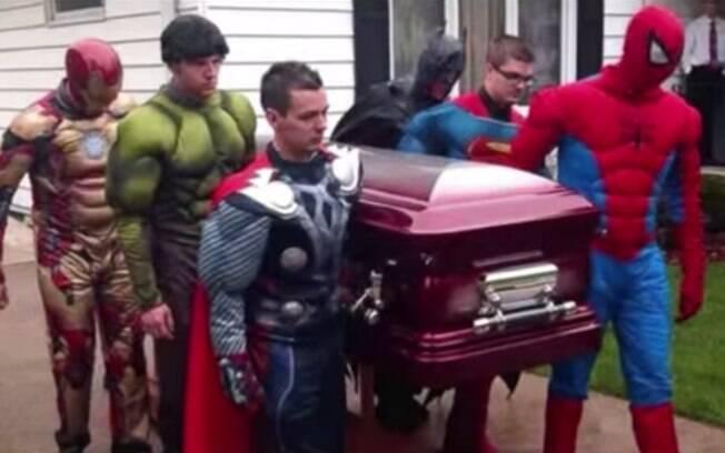 Velório de super-heróis, EUA: apaixonado pelo Homem-Aranha, entre outros personagens, Brayden, 5, foi homenageado após morrer de câncer, em maio. Foto: Reprodução/Youtube