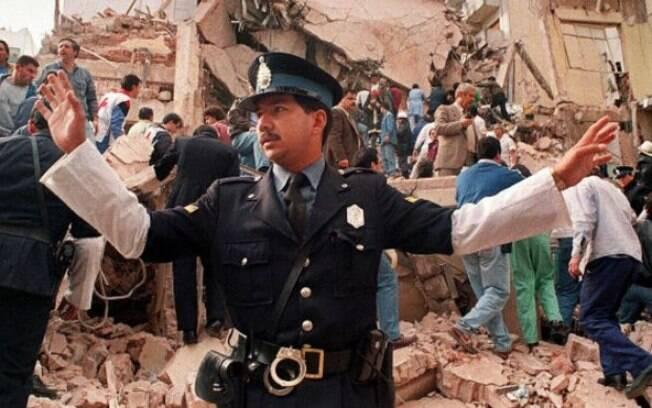 Policial controla a situação horas depois do atentado de 1994