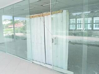 Sem funcionar, porta principal  apresenta problemas
