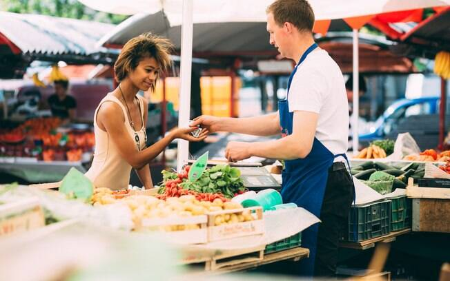 Dicas para perder peso: sabia que a forma como você paga as suas refeições pode influenciar na balança?