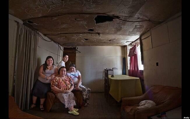 Adona de casa Patricia Vega, 35 anos, moradora de Las Lomas, em Santiago do Chile, fotografada com os três filhos e o cão, León. Foto: Andy Goldstein