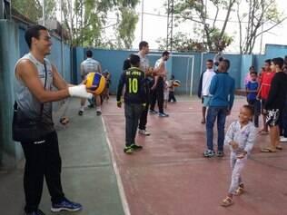 Nesta segunda, os atletas tiveram contato com as crianças, que também gostaram da experiência