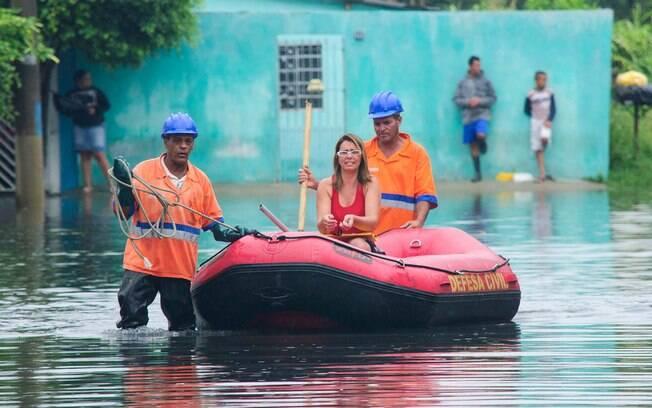 Bairro de Itaim Paulista, na zona leste da capital está há três dias embaixo de água (18-02-2015)