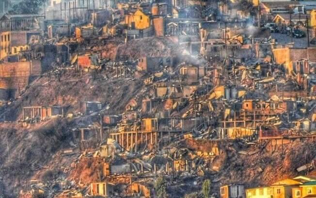 Casas destruídas após incêndio em Valparaíso, no Chile