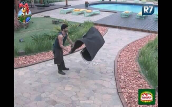 Com disposição, Marlon bate os tapetes para ajudar Dani Bolina