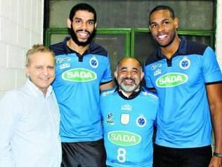 Visita.   Ministro George Hilton, com o presidente do Sada, Vittorio Medioli, e os jogadores Wallace e Leal