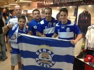 Leonardo Izidorio (segundo a direita) esteve na sede do San Lorenzo com amigos celestes