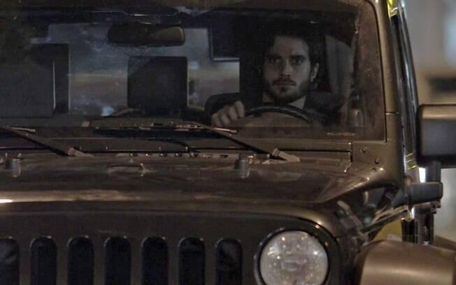 Ruy atira seu carro contra Irene, em