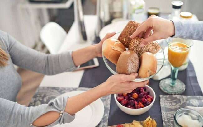 Alimentos integrais são ricos em fibras e são absorvidos lentamente pelo corpo, você pode usá-los em receitas simples