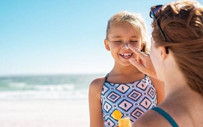 As crianças devem passar protetor solar todos os dias nas áreas expostas, independente de estar sol ou não