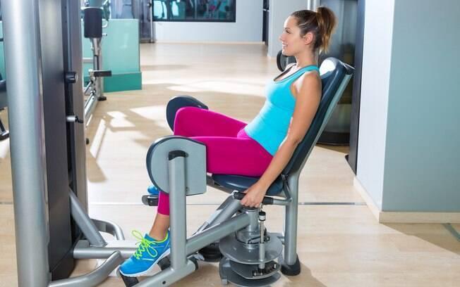 Se você nunca fez academia, prepare-se para sentir dor na cadeira abdutora, mas não desista: o bumbum ficará durinho