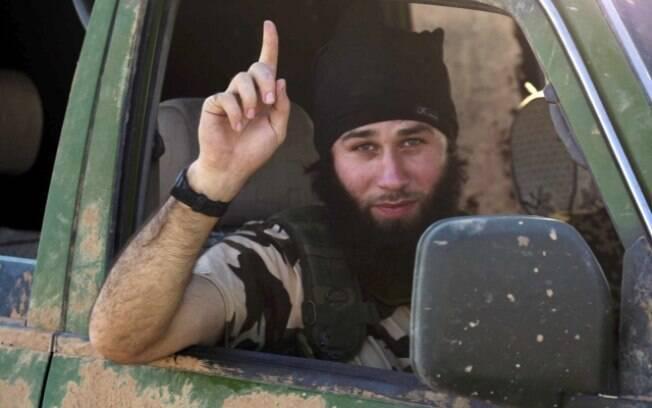 Militante do Estado islâmico gesticula em veículo na zona rural da cidade curda síria de Kobani