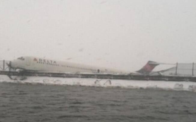 Imagem da aeronave da Delta Airlines, que quase caiu dentro do rio East River, na costa Leste
