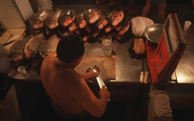 Mercado Municipal de Manaus tem barracas de peixes e produtos típicos do Amazonas