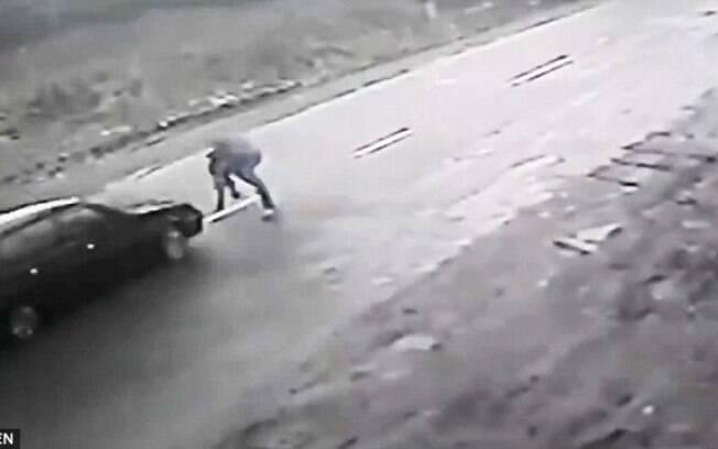 Homem salvou a criança de carro em alta velocidade