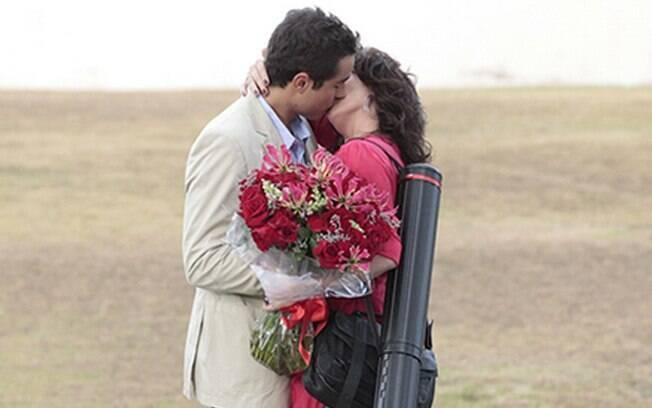 Cláudia (Giovanna Antonelli) e Vicente (Ricardo Pereira) se beijam em