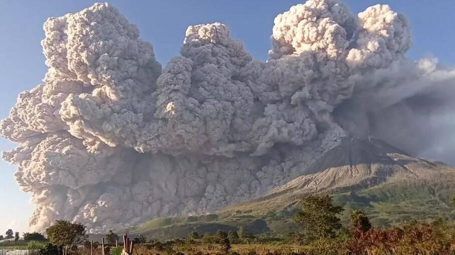 Vulcão entra em erupção na Indonésia e assusta moradores da região