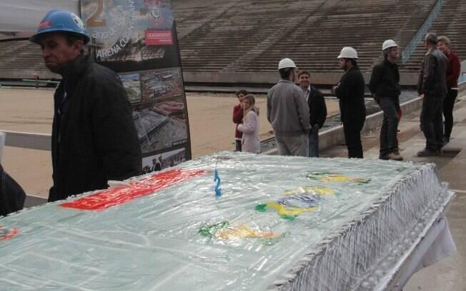 Bolo de comemoração pelos dois anos de obras  em Itaquera