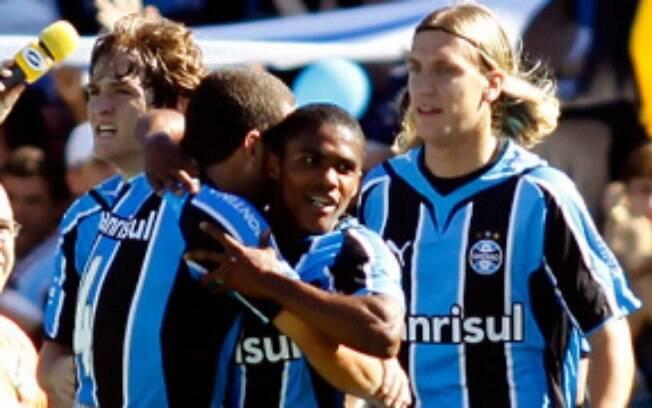 O Grêmio de 2009 tinha bons jogadores como Douglas Costa, atualmente na Juventus, e Maxi Lopez, que se destaca com a camisa do Vasco
