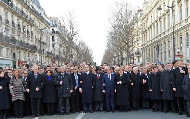 Foto original, com Merkel, a prefeita de Paris e a chanceler da União Europeia: sim, elas foram