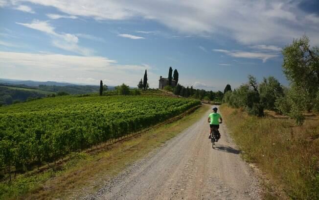 Fazer um passeio de bicicleta pela Toscana é ideal para os amantes de vinho, castelos e, claro, aventura