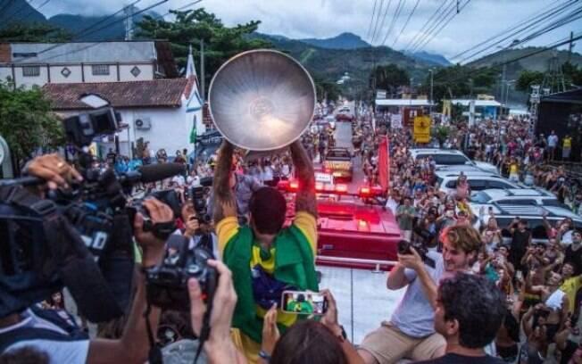 Gabriel Medina mostra o troféu para o público