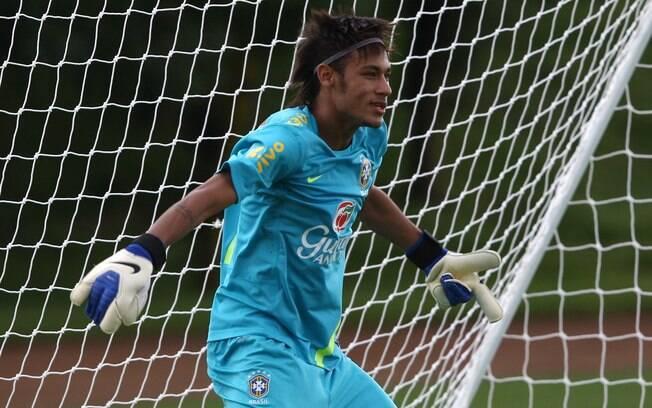 Atacante brinca de ser goleiro em treino da  seleção brasileira