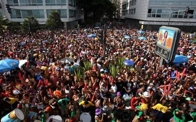 Multidão acompanha o desfile do bloco do Afroreggae em 2012