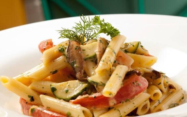 Foto da receita Penne com lâminas de shitake, abobrinha italiana e tomate pronta.